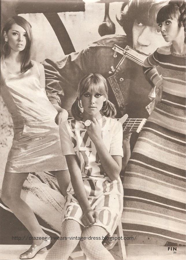 1966 dress 60s 1960 letter stripe MIA FONSSAGRIVES (également costumière pour le cinéma ( What's New, Pussycat ? ...)) .  Robe en jersey blanc à impression alphabet. MARYSE BELLAICH pour J. DE POORTER.  Robe longue en tricot shetland rayures camaïeu de vert. BISTROT DU TRICOT.  Bijoux Paco Rabanne