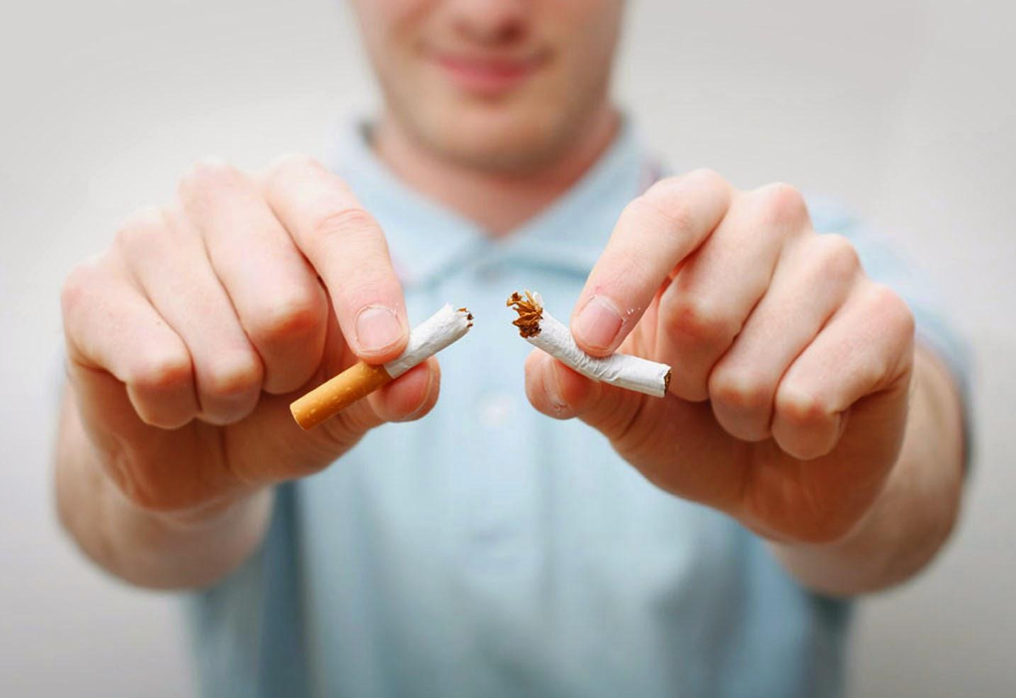 rompiendo cigarrillos
