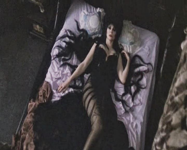 Elvira teniendo un macabro sueño