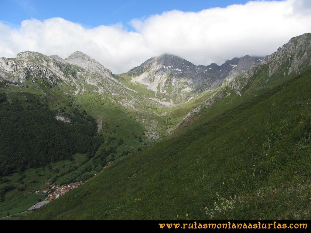 Ruta Tuiza Siegalavá: Vista de Ubiña subiendo por la pradera