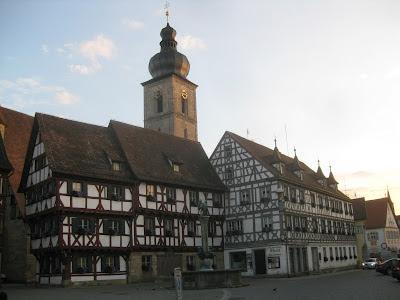 Forchheim - neben dem Rathaus mit der St. Martinskirche im Hinter- und dem Kriegerbrunnen im Vordergrund