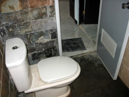 Kamar mandi minimalis batu alam 8