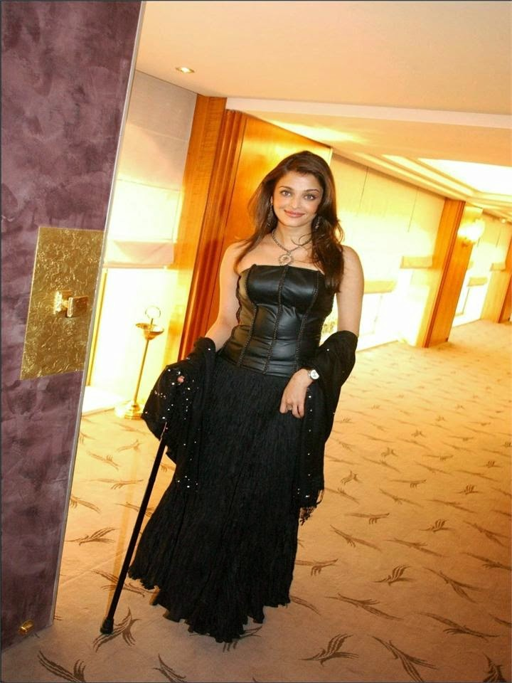 Aishwarya Rai's Hot Ans Sexy thighs exposed while shooting unseen rare hot pic in her black bra and innerwear seen