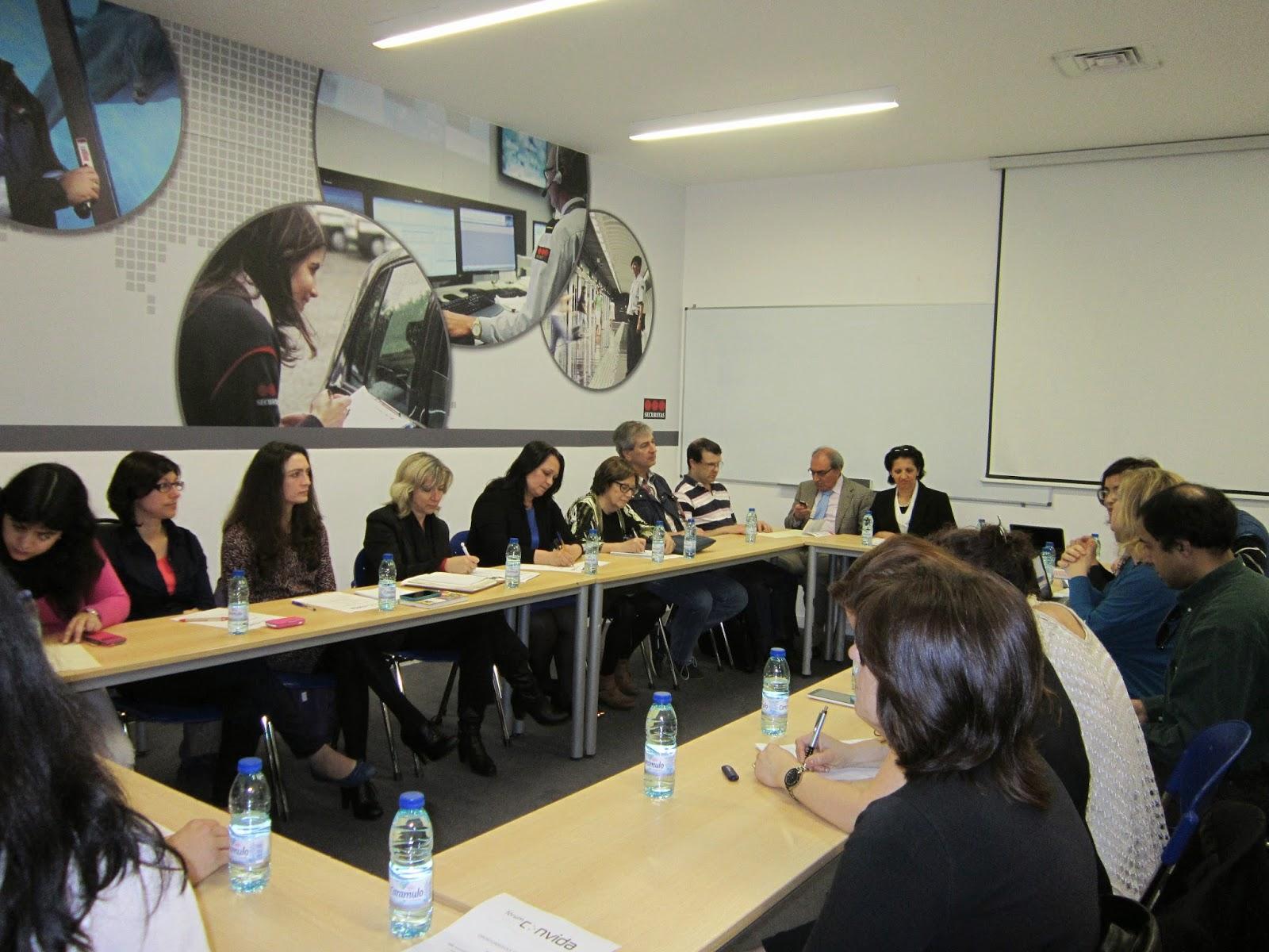 Fotografia geral da sala e dos participantes no Fórum