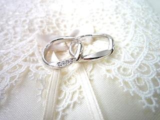 寄り添うフルオーダーマリッジリング(結婚指輪)が素敵です。