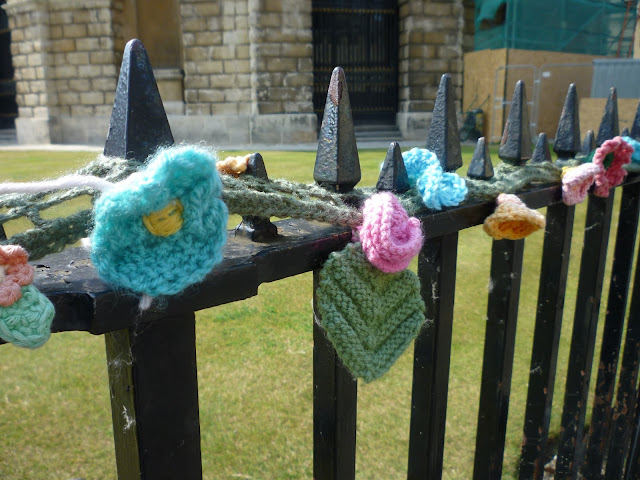 yarnbombing in oxford via lovebirds vintage