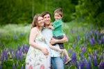 Familia feliz, hombre, niño y mujer embarazada