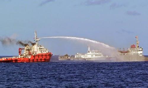 Vòi rồng từ tàu của Trung Quốc tấn công tàu Việt Nam