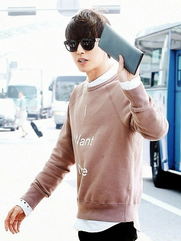 Park Hae-jin wears Acne Studios Fall Winter 2014 I WANT MORE pink sweatshirt at Gimpo Airport. 韩国演员朴海镇身穿 ACNE STUDIOS 'I WANT MORE' 粉红上衣,从仁川机场出国,为广告拍摄飞往泰国。