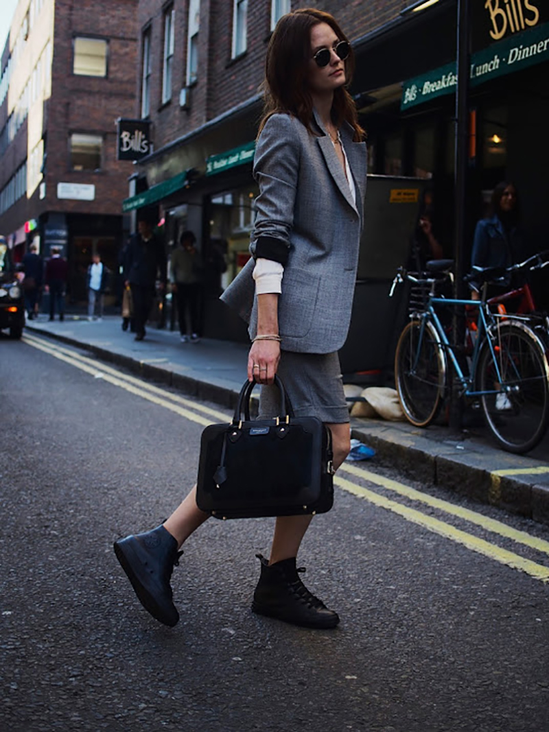 how-to-wear-black-sneakers-working-suit-streetstyle
