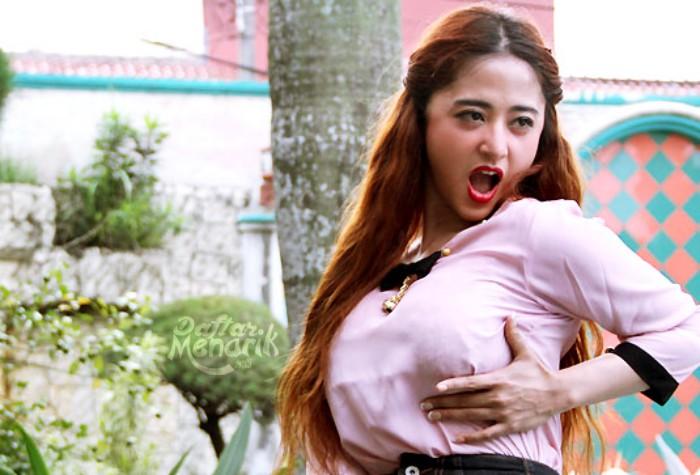 Dewi Perssik Artis Indonesia yang Memiliki Ukuran Bra Paling Besar