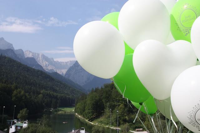 Hochzeitsballons in Grün und Weiß mit Blick auf das Wettersteingebirge in Garmisch