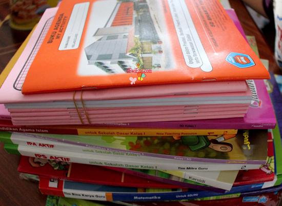 cara menyampul buku pelajaran dengan cepat dan rapi,tahapan membungkus buku,membungkus buku pelajaran dengan plastik,alat alat untuk membungkus buku