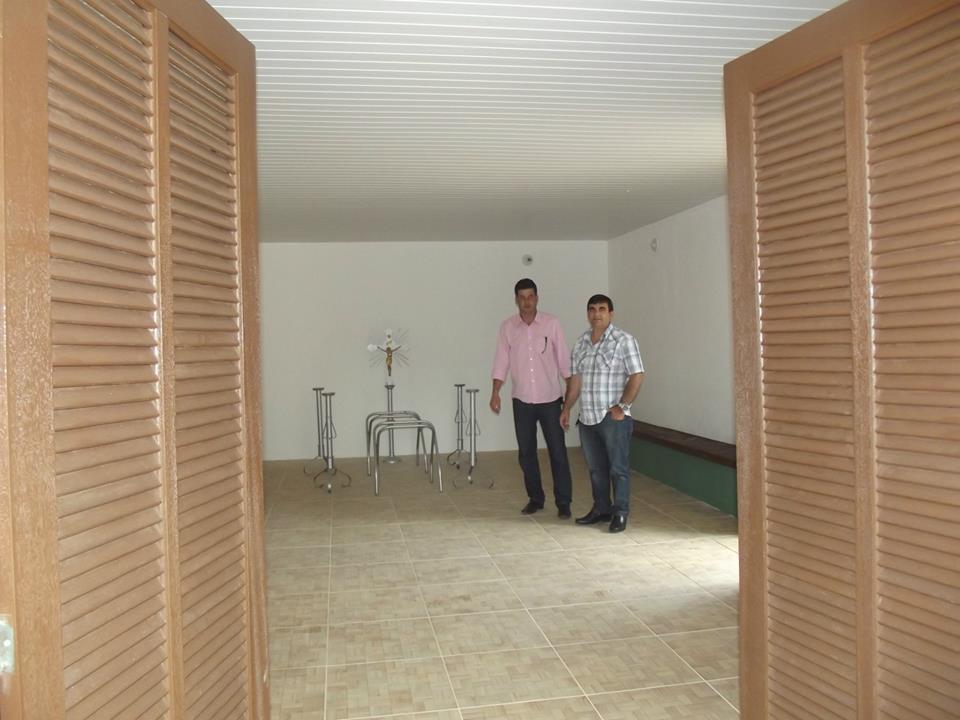 Secretário de Obras Denílson Moraes e o vereador Anginho: capela mortuária deverá ser inaugurada na próxima semana totalmente revitalizada