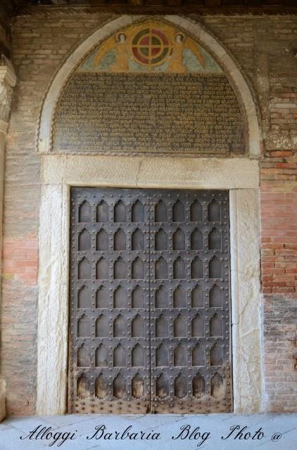 Accademia: portone gotico