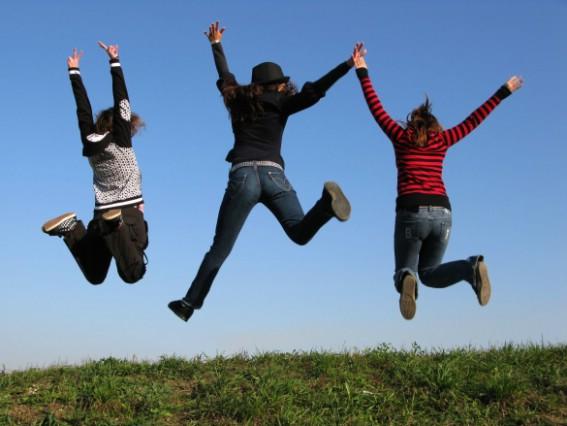 ungdomar som hoppar upp i luften av glädje