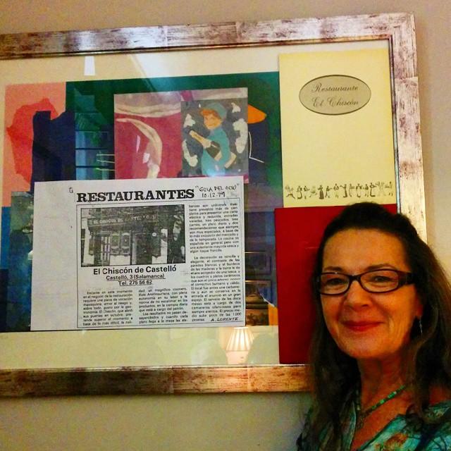 Ana Lorente posa junto a la primera crítica del Chiscón de Castelló en la Guía del Ocio