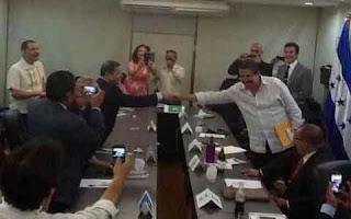 Rivales politicos en Honduras