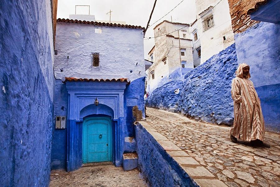 en marruecos hay un pueblo pintado todo de azul