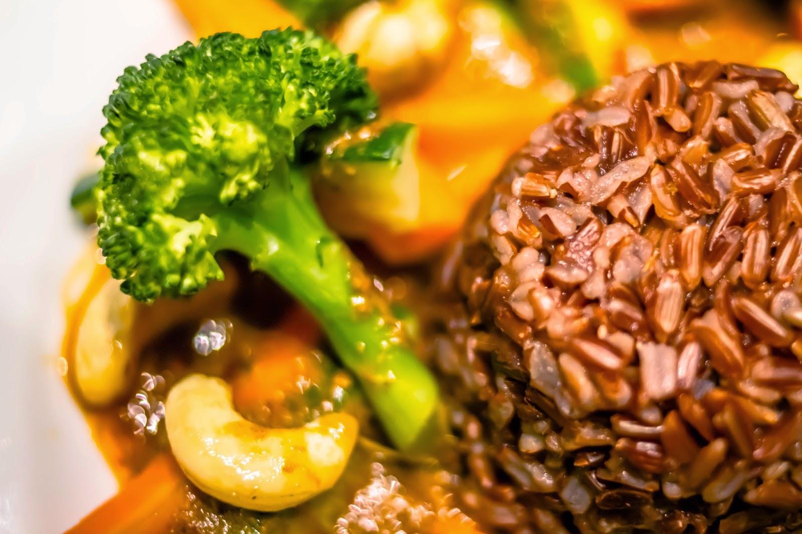 Gemüsecurry mit Brokkoli, Cashewkernen und rotem Jasminreis