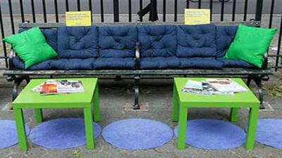Рекламная скамейка в парке IKEA - каждый день вашей жизни должен быть красивым и интересным.