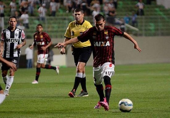 Os dois auxiliares de Marcelo de Lima Henrique no duelo de Atléticos foram suspensos