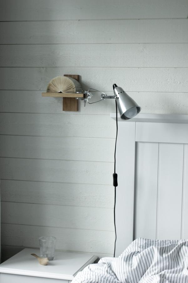 inredning sovrum, vitt sovrum, liggande vit panel, panel i sovrummet, inredningsdetaljer i sovrum, inredning på hylla