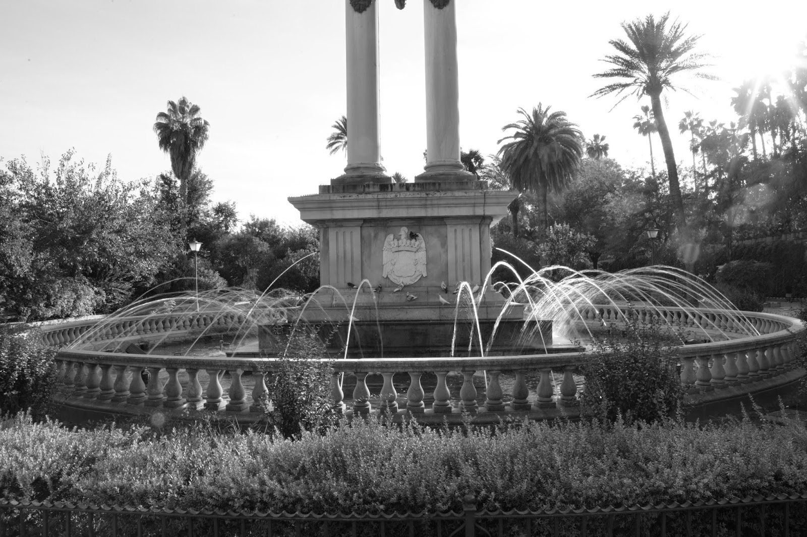 Águila y monumento a Colón en los jardines de Murillo en Sevilla