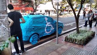 Motorista surta em Maringá ao ver seu carro, em vaga de deficientes, coberto de post-its