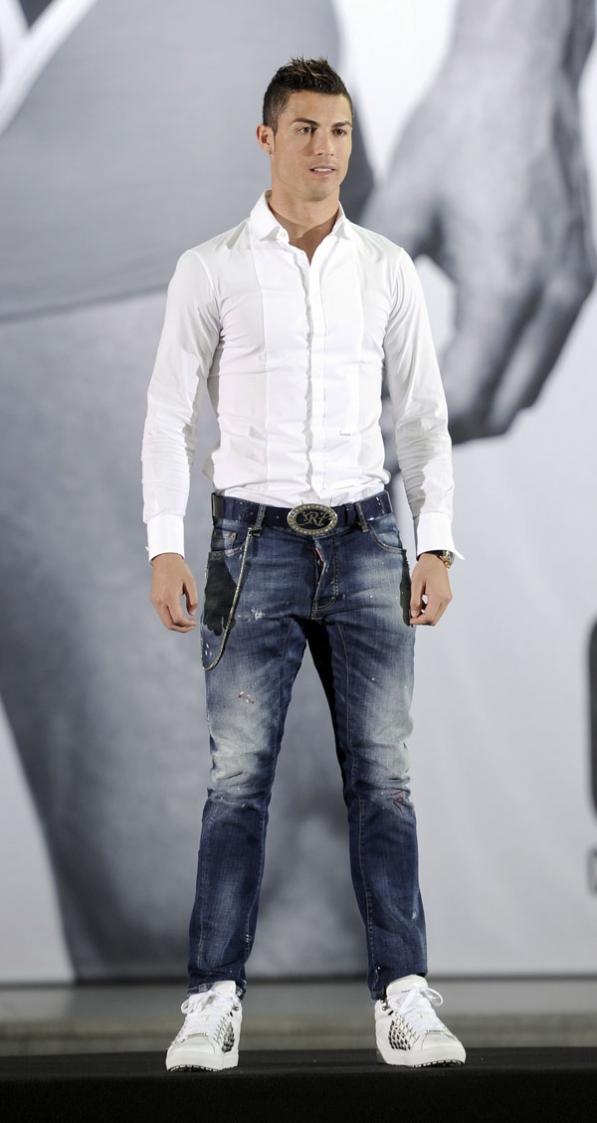 Cristiano ronaldo se desnuda en pleno centro de madrid y posa en ropa interior actualidad y - Ropa interior real madrid ...