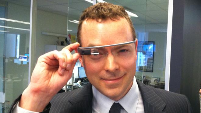 Google glass berbentuk kacamata dan dipakai seperti orang memakai kacamata f34ce65e30