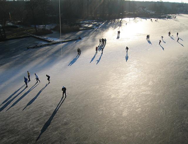 Lago é transformado em pista de patinação