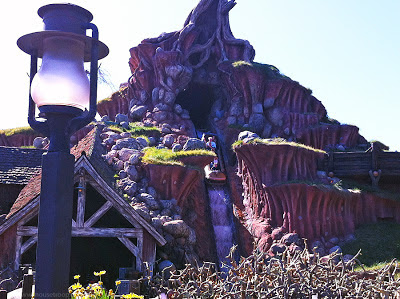 Splash Mountain Disneyland final drop rockslide mill front