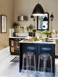 Isla para cocina de muebles negros y encimera blanca