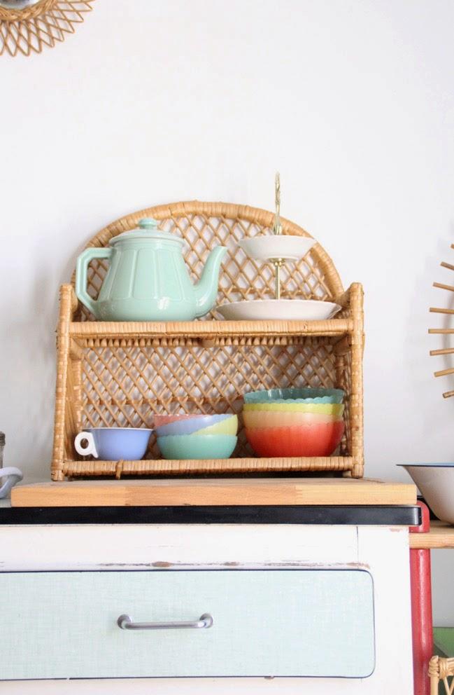 Étagère en rotin vintage cuisine déco vintage tasse et thèière rétro