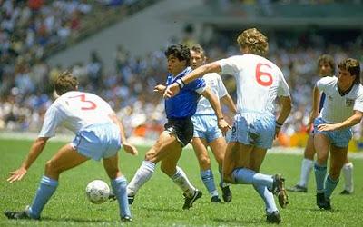 Momen pertandingan Argentina versus Inggris tahun 1986: Diego Maradona menjadi pemberitaan utama pada Piala Dunia 1986 karena alasan yang baik dan yang buruk.