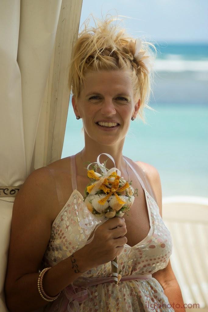 La mariée pose avec son bouquet