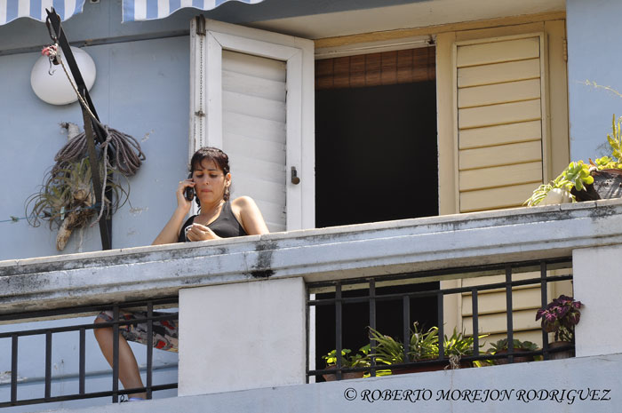 Una joven habla por su teléfono móvil, en La Habana, Cuba, el 21 de marzo de 2013.
