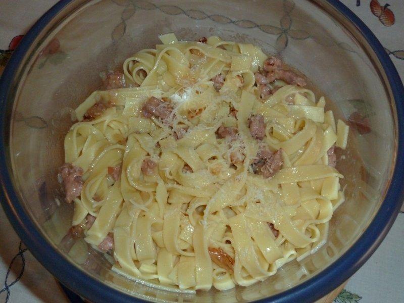 Carbonara de salsicha fresca