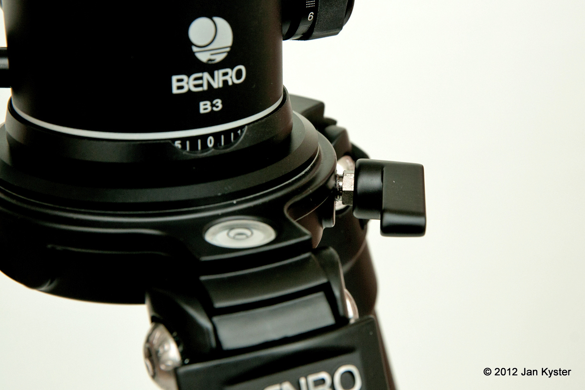 Benro C3770T CF Tripod mounting plate lock handle detail