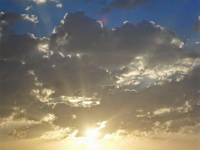 Bewölkter Himmel mit Sonne