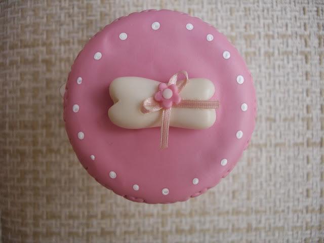 Vidro decorado em biscuit, cachorrinho branco e rosa