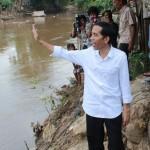 Gubernur Jokowi Mengatasi Banjir di Jakarta