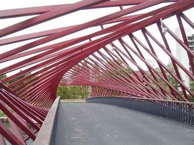 Wow! Jembatan Ini Kelihatan Seperti Berputar
