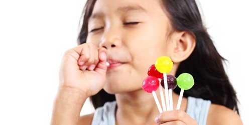 niña comiendo caramelos