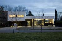 foto fachada de casa moderna al oscurecer