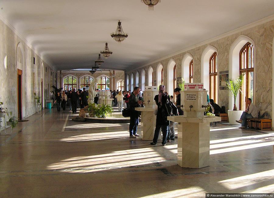Питьевые бюветы нарзана в Нарзанной галерее Кисловодска