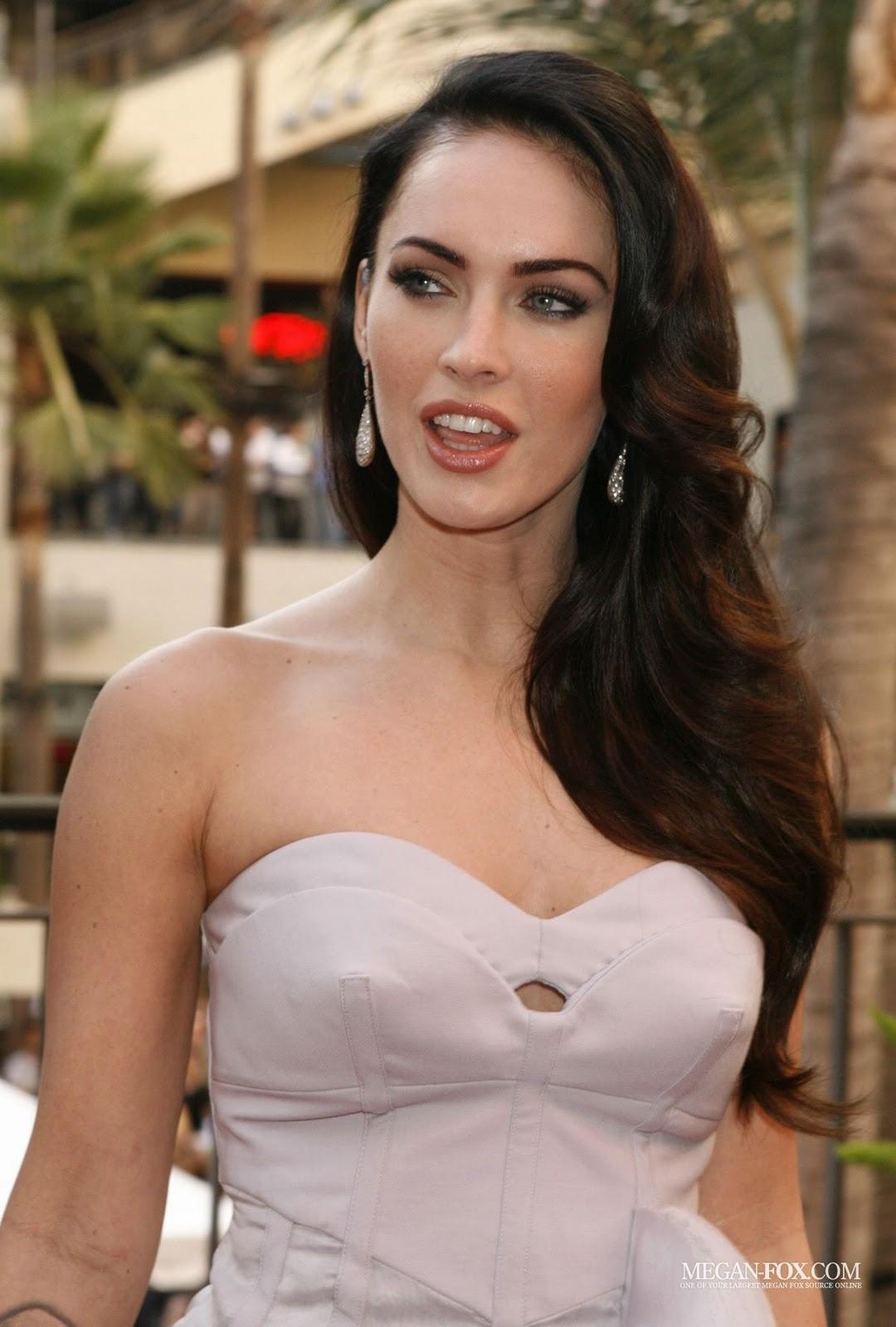 http://2.bp.blogspot.com/-0lFXrblDnx4/Tt3GFmMmuWI/AAAAAAAAAYA/6w3XL2fINBA/s1600/Megan-Jennifer-s-Body-Hot-Topic-Fan-Event-megan-fox-8182942-1200-1777-www.sx11.blogspot.com.jpg