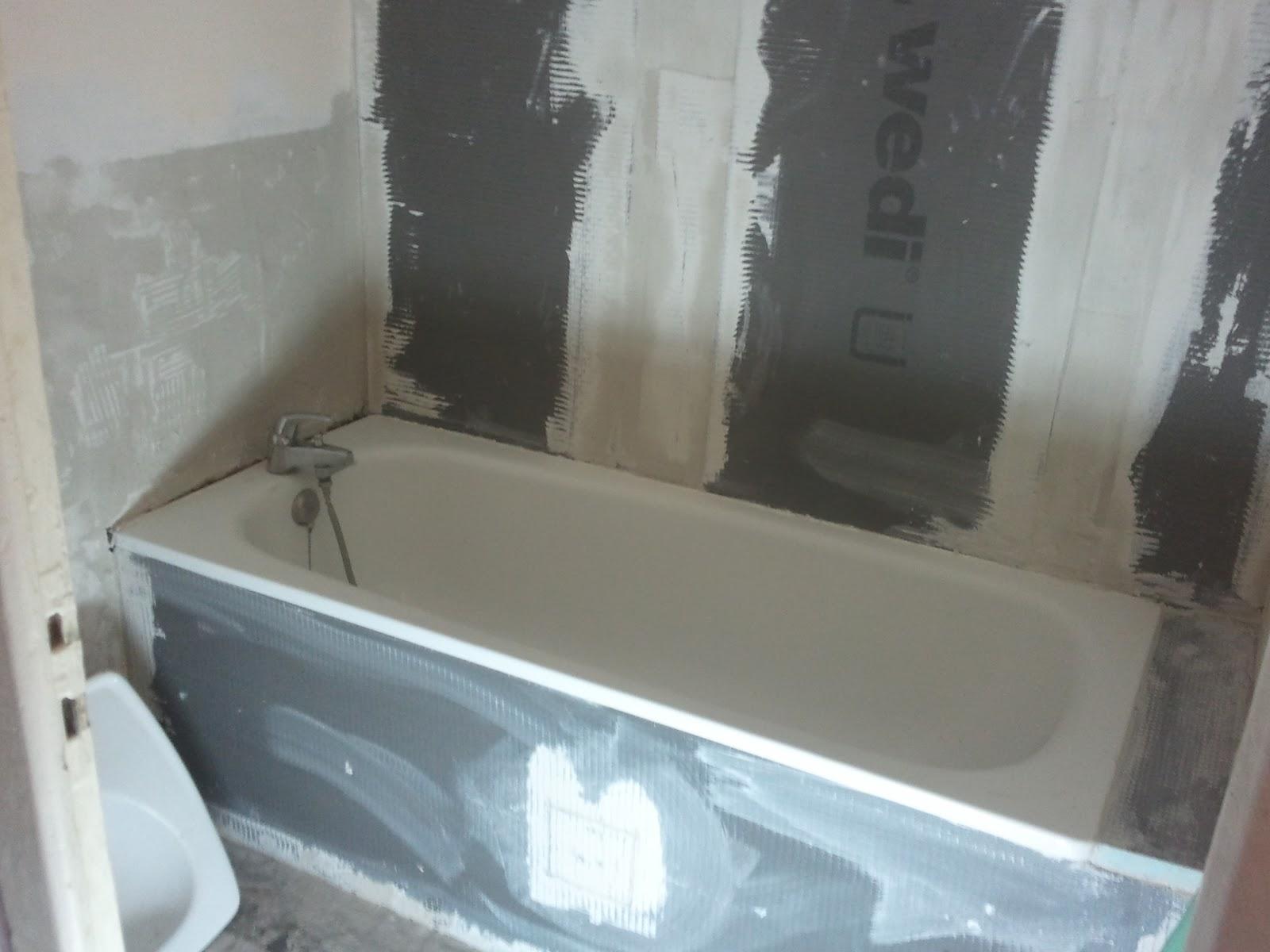 Salle de bain beton cire bleu avec des for Carrelage salle de bain bleu marine