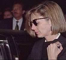 Diana Laura Riojas en su duelo por la muerte de su esposo.